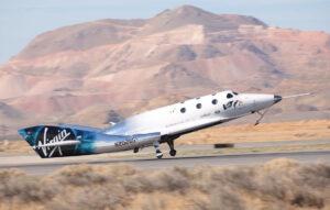 Přistání SpaceShipTwo VSS Unity po prvním motorovém letu 5. dubna 2018.