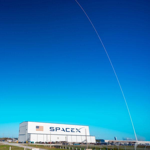 Netradiční fotka ukazuje, jak raketa postupně sklání svou špičku k obzoru.