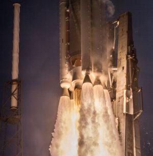 Atlas V hnalo při startu k nebi pět urychlovacích bloků a motor RD-180.