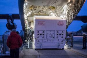 Nakládání kontejneru se sondou Parker Solar Probe do letounu C-17 v Marylandu.