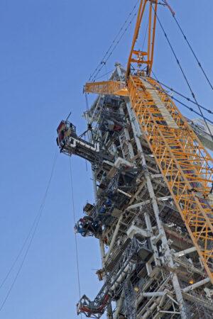 Instalace ramene ICPSU na věž ML, 16. března. Tato operace je zachycena zjiného úhlu i vúvodní fotografii k článku