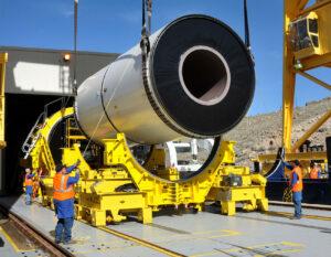 Jeden segment motoru na tuhé palivo pro raketu SLS (raketoplány měly velmi podobné) je pořádný macek.