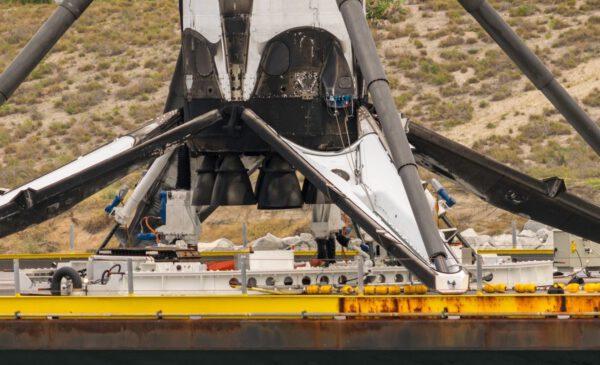 Robot OctaGrabber přidržuje vracející se první stupeň Falconu 9