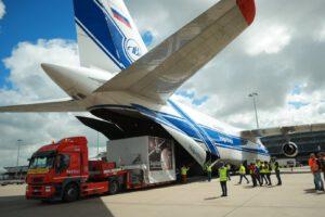 Nakládání kontejneru s misí BepiColombo do transportního letounu.
