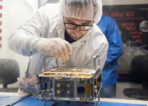 Poslední úpravy na jednom z cubesatů MarCO před uložením do vypouštěcího zařízení.