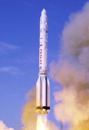 Raketa Proton-K vynáší modul Zvezda pro ISS.