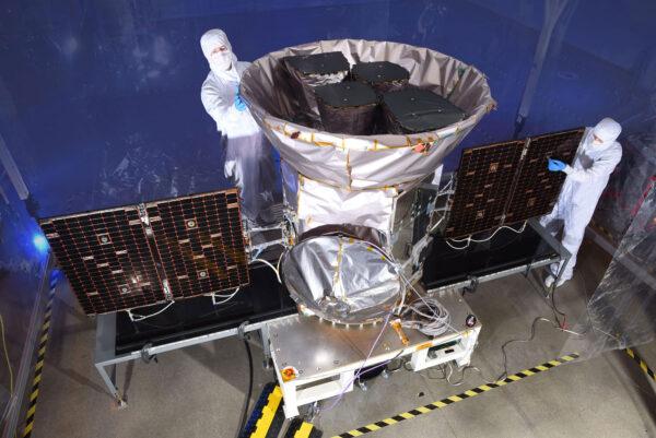 Závěrečná příprava teleskopu TESS během předstartovních zkoušek.