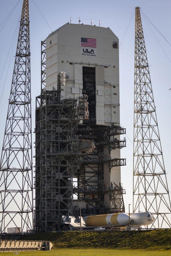 Delta IV Heavy byla 17. dubna vyvezena na startovní rampu.
