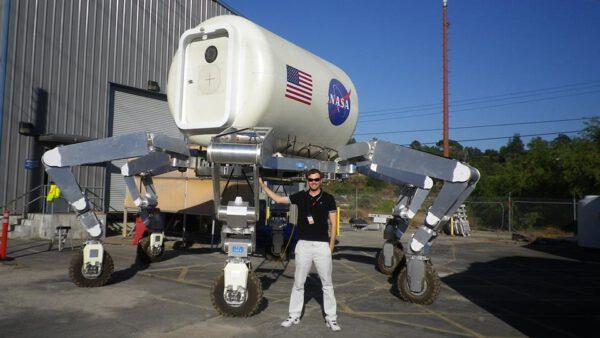 Tomáš Rousek před habitatem původně připravovaným pro program Constellation zdroj: facebook.com