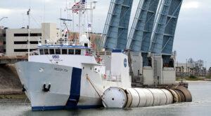 Transport urychlovacího motoru raketoplánu do přístavu.