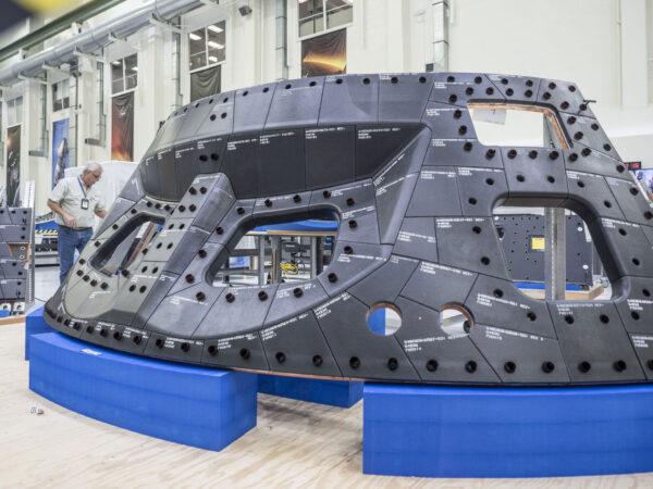Panel tepelné ochrany pro vnější stěnu lodi Orion.