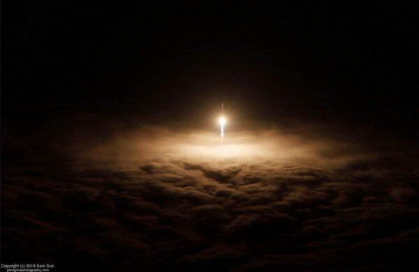 Úžasná fotografie od Sam Sun, která ukazuje, jak Atlas V stoupá nad mraky