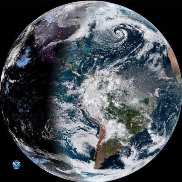 Snímek z přístroje ABI na identické družici GOES-16.