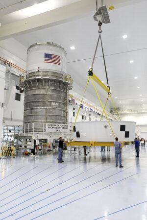 Stupeň ICPS (vlevo) a adaptér OSA (vpravo) pro misi EM-1, 5. dubna