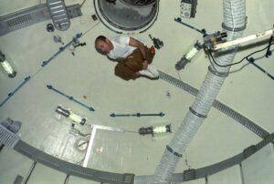 Bývalý gymnasta Bean si užívá hrátek v obřích prostorách Skylabu.