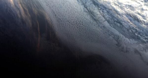Západ slunce nad Antarktidou - první fotka z družice Sentinel 3B.
