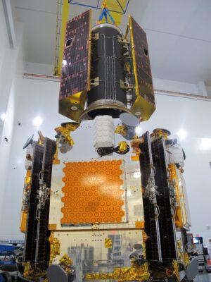 Spodní vypouštěcí adaptér nese pět družic Iridium NEXT, horní pak dvě družice GRACE-FO.