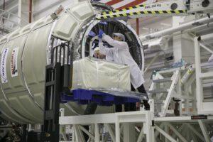 Ukládání balíků s nákladem do útrob lodi Cygnus OA-9.