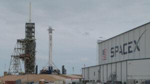 Falcon 9 s prvním stupněm číslo 1043 na rampě 39A během příprav na misi Zuma.
