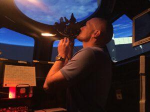 Německý astronaut Alexander Gerst se během pozemních zkoušek učil používat sextant.