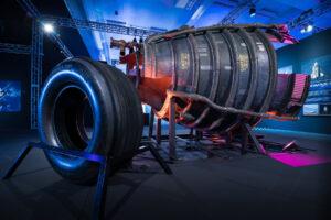 Pneumatika z raketoplánu a tryska motoru SSME.