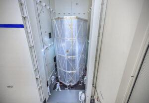 Servisní modul JWST se slunečním štítem během akustických zkoušek.