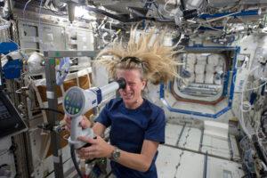 Astronauti na ISS provádí mnoho lékařských experimentů přímo na sobě.