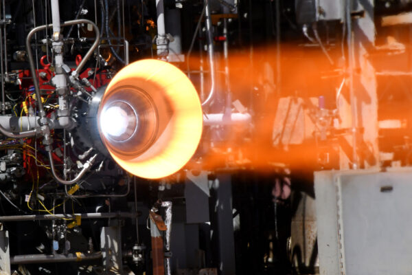 Statický zážeh motoru s 3D vytištěnou vložkou a pláštěm vyrobeným metodou Electron Beam Free Form Fabrication.