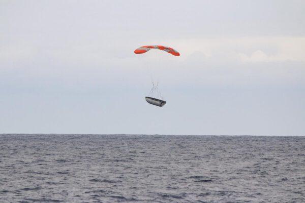 Snášející se Aerodynamický kryt Falconu 9 nad moře
