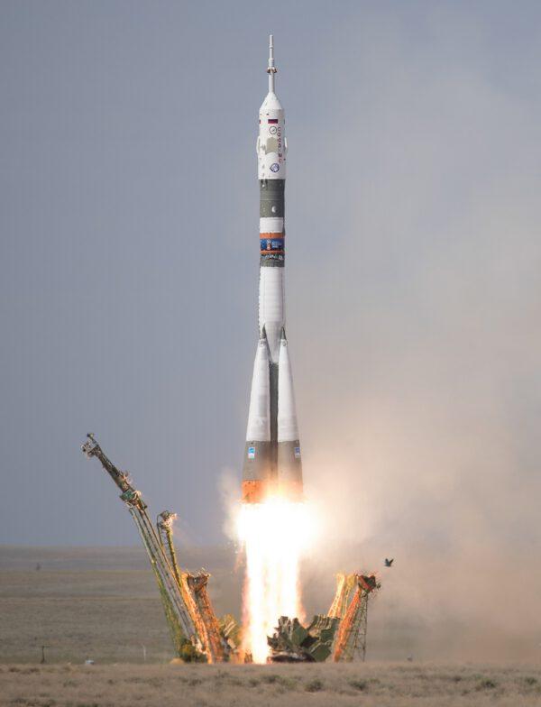 Tři členové nové posádky ISS míří do vesmíru