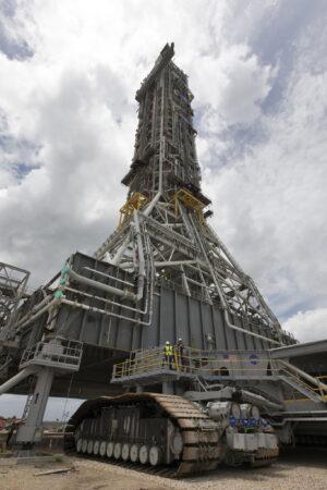Mobilní odpalovací plošina rakety SLS v cleé své kráse - do prostoru pod ní zrovna zajíždí transportér CT-2.