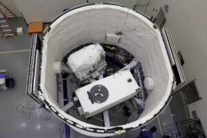 Trunk lodi Dragon pro misi SpaceX CRS-15 ukrývá koncovku robotické paže LEE (vlevo nahoře) a zařízení ECOSTRESS (bílý kvádr vpravo dole).