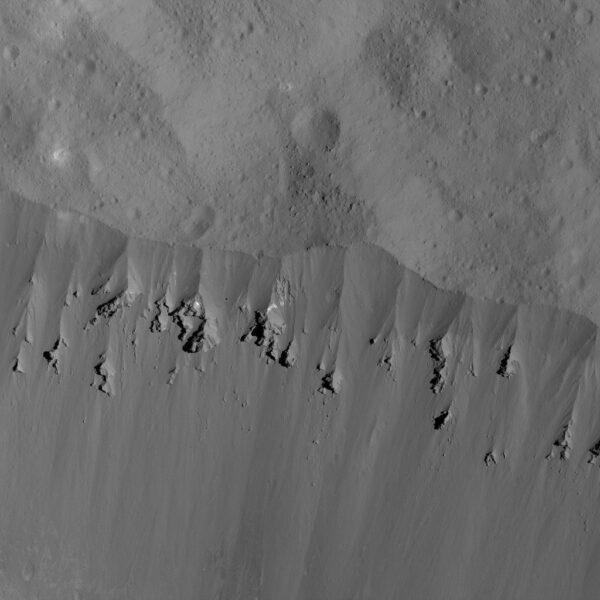 Snímek z výšky 44 kilometrů zachycuje sesuv materiálu na stěně kráteru Occator.