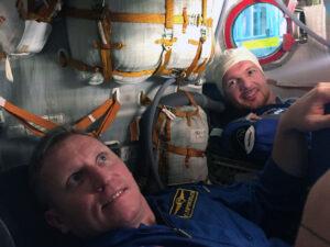 Sergej Prokopjev v kabině Sojuzu s Alexanderem Gerstem.