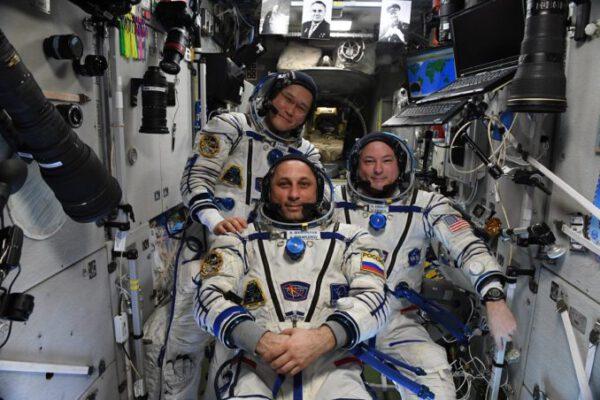 Posádka Sojuzu MS-07 před odletem