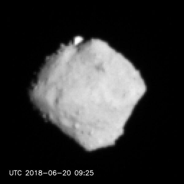 Asteroid Ryugu vyfocený včera před polednem našeho času.