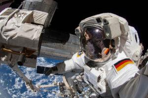 Alexander Gerst během výstupu do volného prostoru.