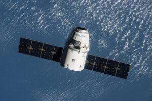 Dragon během mise SpaceX CRS-9 se přibližuje ke stanici.