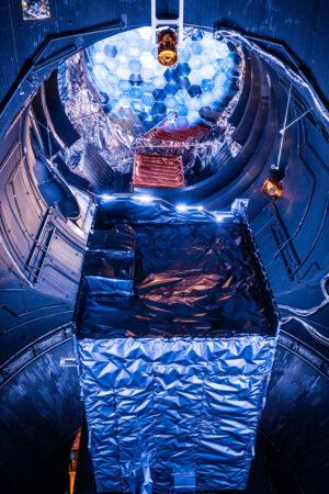TDM uložený v komoře LSS - v horní části snímku je vidět simulátor Slunce.