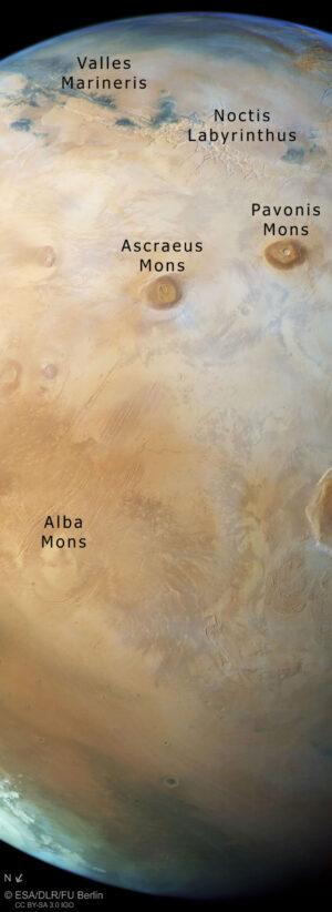 Snímek Marsu od obzoru k obzoru doplněný o popisky útvarů.