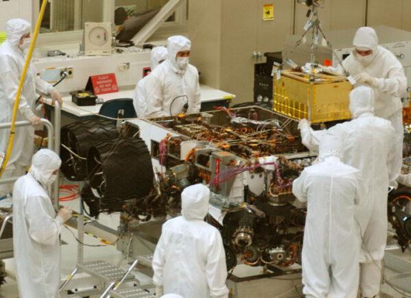 Ukládání přístroje SAM (žlutý kvádr) do roveru Curiosity. Vozítko bylo v té době břichem vzhůru.