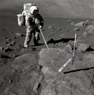 Geolog a astronaut Harrison Schmitt při odběru lunárních vzorků se skafandrem pokrytým prachem v prosinci 1972.