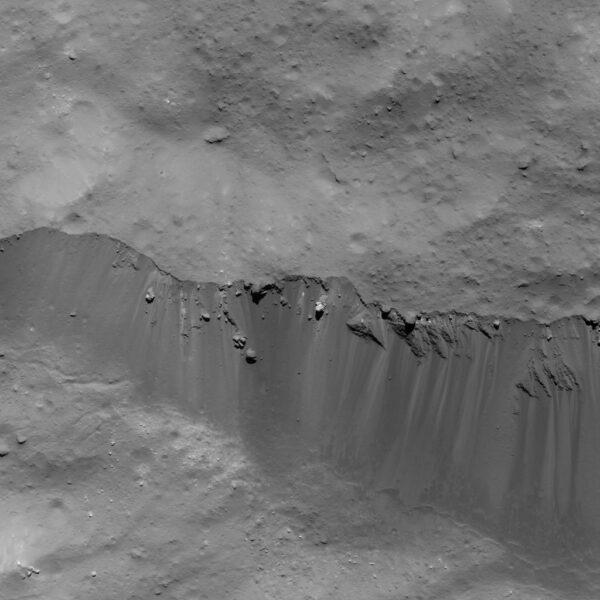 Okraj kráteru Occator vyfocený 9. června z výšky 48 kilometrů.