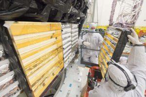 Tepelné stínící přepážky chladiče, který bude odvádět teplo z elektroniky teleskopu Jamese Webba