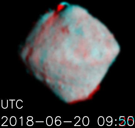 První anaglyf asteroidu Ryugu ze vzdálenosti cca. 100 km.