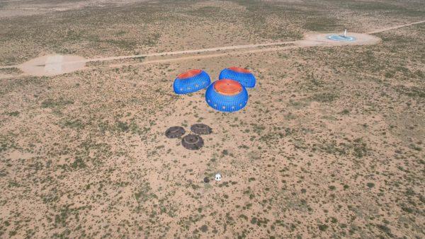 Kapsle i raketový stupeň na jedné fotce