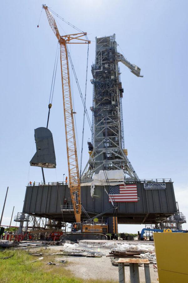 Instalace prvního TSMU na plošinu ML, 12. července. Vplném rozlišení jsou na věži ML vidět všechna obslužná ramena.