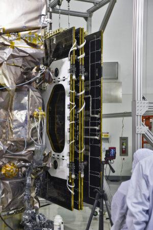 Zkouška rozkládání solárních panelů družice ICESat-2.