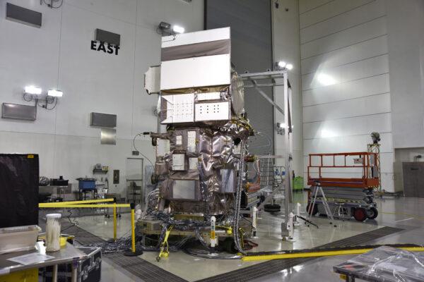Družice je během pozemních zkoušek připojena pomocí kabelů ke zdrojům energie.