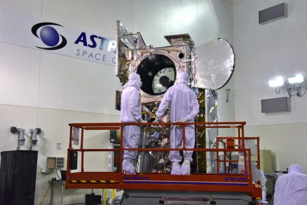 Inspekce přístroje ATLAS po otevření ochranného krytu.